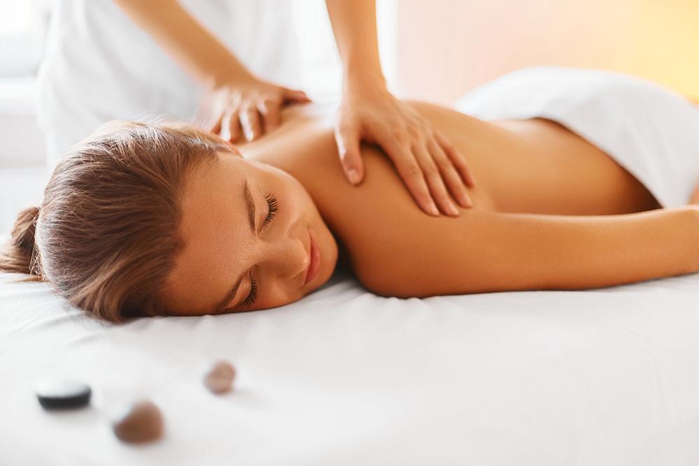Mujer disfrutando de un masaje corporal