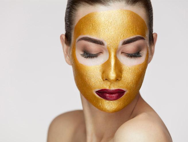 Máscara de oro en tratamiento facial